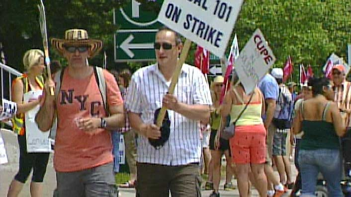 Inside workers with CUPE Local 101 picket outside city hall in London, Ont. on Friday, June 5, 2016. (Daryl Newcombe / CTV London)