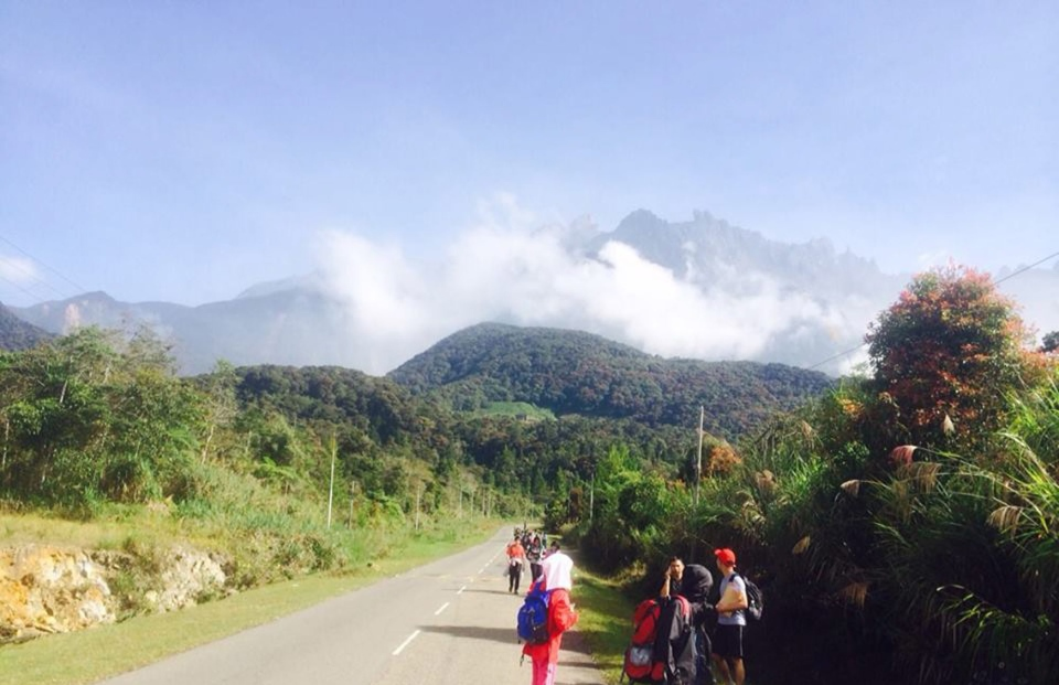Tourists walk away from Mount Kinabalu hours after a magnitude 5.9 earthquake shook the area in Kundasang, Sabah, Malaysia on June 5, 2015.  (AP)