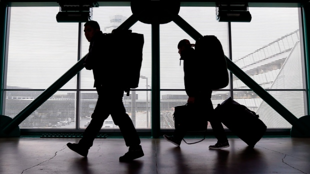 Travellers at O'Hare International Airport in Chicago, on Dec. 21, 2012. (AP / Nam Y. Huh)