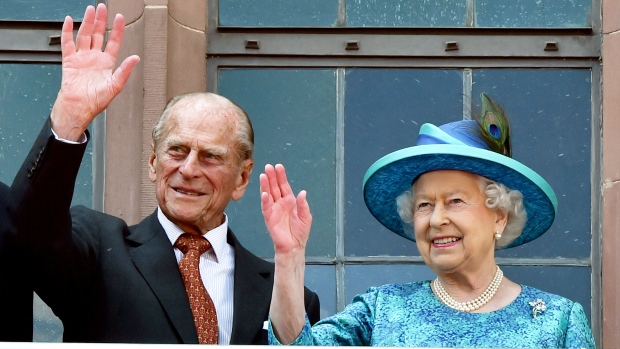 Queen Elizabeth II and her husband Prince Philip, the Duke of Edinburgh wave from the balcony of the Roemer town hall in Frankfurt, Germany, Thursday, June 25, 2015. (AP / Boris Roessler)