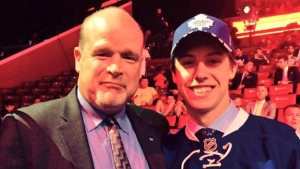Mitch Marner poses with Toronto Maple Leafs' Director of Player Personnel Mark Hunter. (Twitter / Toronto Maple Leafs)