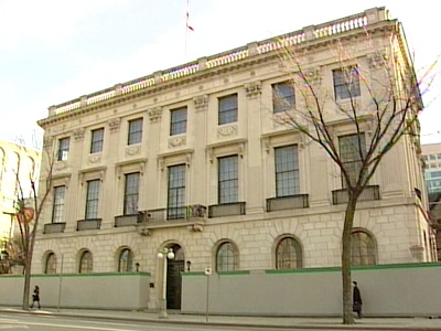 The national portrait gallery was to open in 2005 in the former American embassy building directly across from Parliament.
