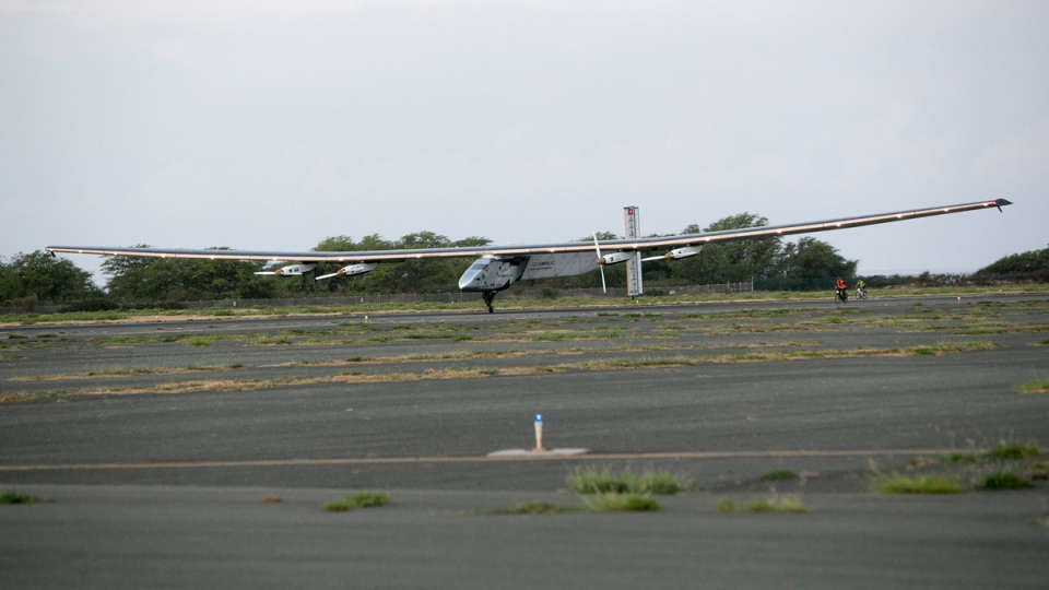 The Solar Impulse 2 lands at the Kalaeloa Airport, on July 3, 2015. (AP / Marco Garcia)