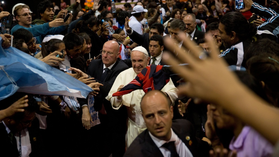 Pope Francis walks amid the crowd while leaving the second World Meeting of Popular Movements in Santa Cruz, Bolivia, Thursday, July 9, 2015. (AP / Rodrigo Abd)