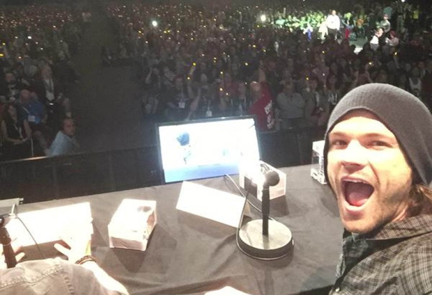 Sea of lights: Comic-Con fans pay tribute to 'Supernatural' actor