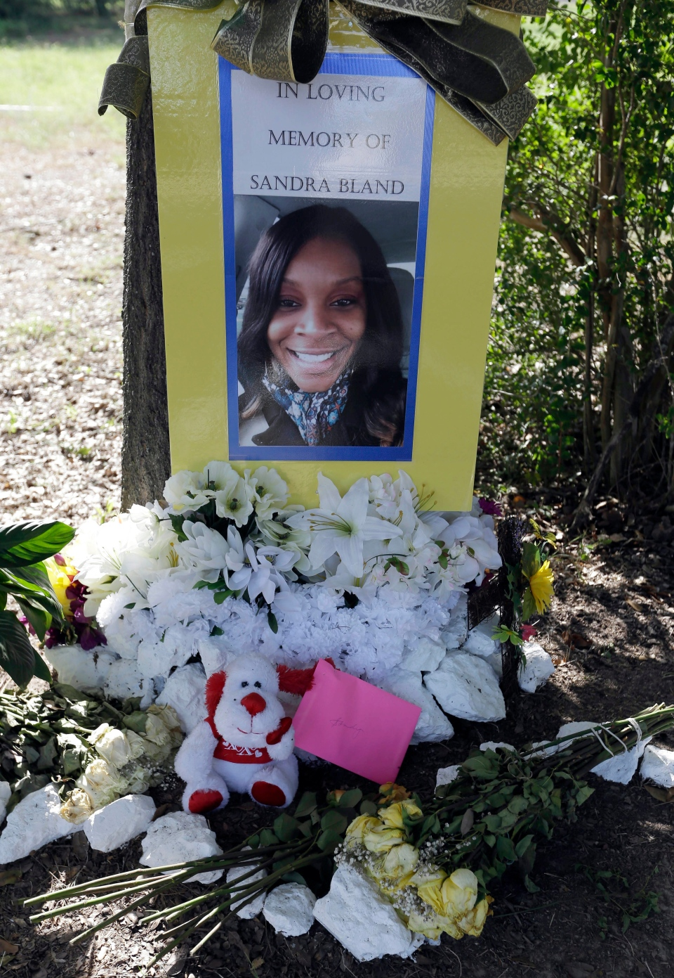 Flowers and other items adorn a memorial for Sandra Bland near Prairie View A&M University, Tuesday, July 21, 2015, in Prairie View, Texas. (AP / Pat Sullivan)