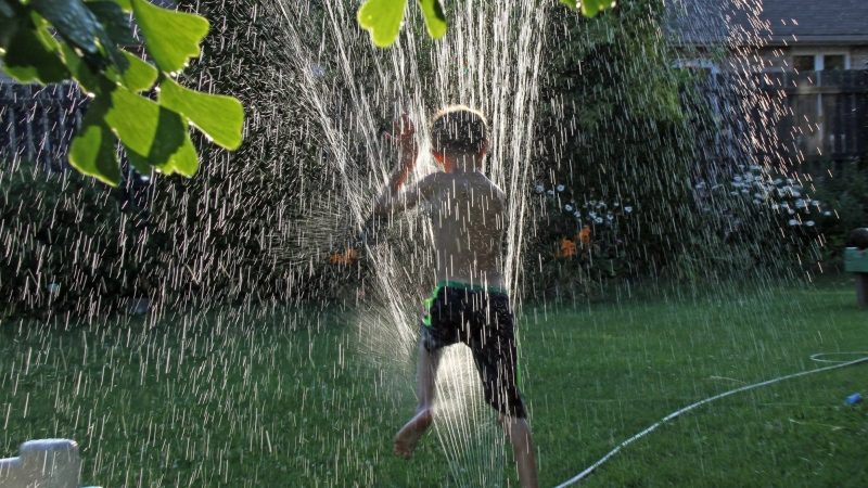 Cooling off in the hot weather in Windsor, Ont., on Tuesday, July 28, 2015. (Melanie Borrelli / CTV Windsor)