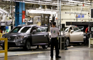 Line workers assemble a Lexus SUV at the Toyota plant in Cambridge, Ont., Friday, July 31, 2015. (Aaron Lynett / THE CANADIAN PRESS)