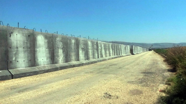 Report Turkey erects concrete wall along Syrian border