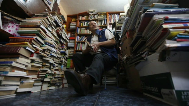 Garbage collector sets up own library in Colombia