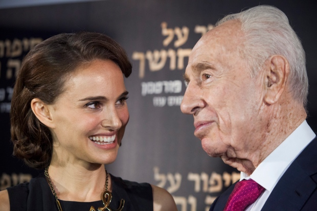 Director and actress Natalie Portman speaks with former Israeli President Shimon Peres during a photo call before a premiere of her film 'A Tale of Love and Darkness' in Jerusalem, Thursday, Sept. 3, 2015. (AP / Dan Balilty)