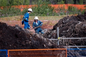 Crews work to contain and clean up a pipeline spill at Nexen Energy's Long Lake facility near Fort McMurray, Alta., on July 22, 2015.(Jeff McIntosh / The Canadian Press)
