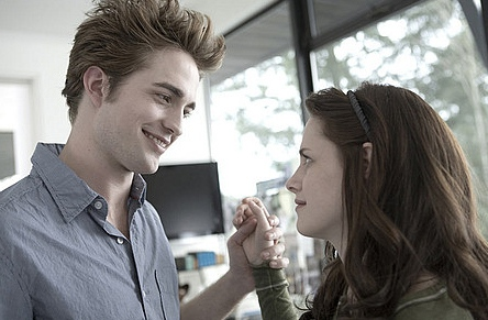 Robert Pattinson as Edward Cullen and Kristen Stewart as Bella Swan in Summit Entertainment's 'Twilight.'