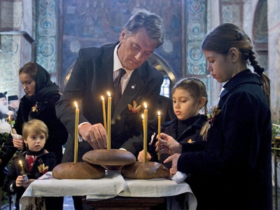 Ukraine's President Viktor Yushchenko, centre, and his children place candles during a commemoration service for Holodomor victims in a cathedral in Kiev Ukraine, Saturday, Nov. 22, 2008.(AP / Mykhailo Markiv)