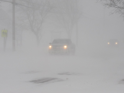 Motorists navigate through white-out conditions in Caraquet, N.B. on Saturday Nov. 22, 2008. (THE CANADIAN PRESS / Caraquet L'Acadie Nouvelle, Mario Landry)