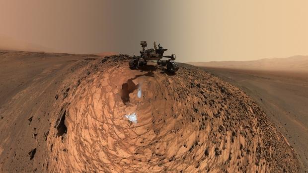 NASA orbiter snaps gorgeous 'blue' dune on the Red Planet