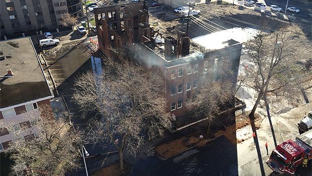 Fire destroys Edmonton's Leamington Mansions located at 10125, 114 Street on Saturday, October 17, 2015. (Credit: Yuri Gerchikov)