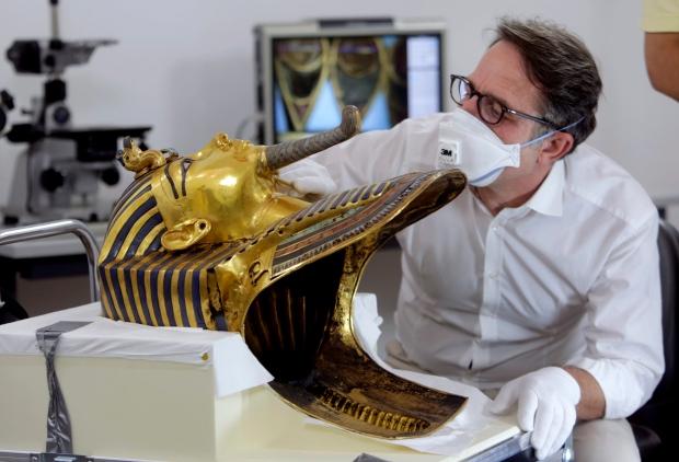 restoration team shows king tut mask more than one year. Black Bedroom Furniture Sets. Home Design Ideas