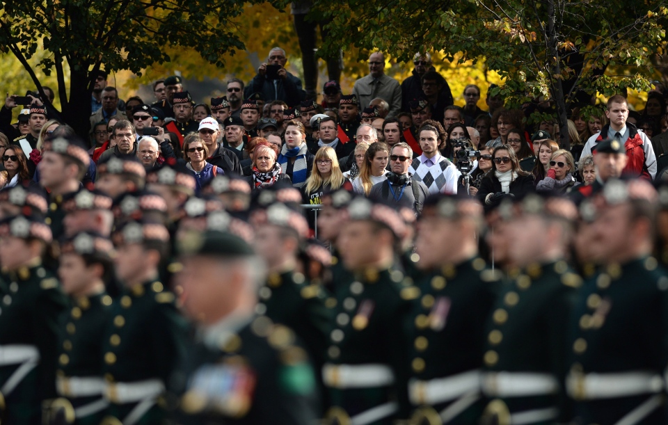 Members of the public turned out to pay their respects during a ceremony marking the one year anniversary of the attack on Parliament Hill Thursday, Oct. 22, 2015 at the National War Memorial in Ottawa. (THE CANADIAN PRESS / Sean Kilpatrick)