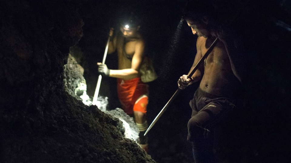 Freelance jade miners excavate in companies' mining field at night in search of raw jade stones in Hpakant area of Kachin State, Northern Myanmar on June 16, 2015. (AP / Hkun Lat)