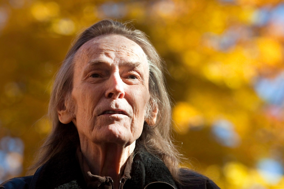 Gordon Lightfoot attends a ceremony unveiling a bronze statue in his honor at Barnfield Point, on the Gordon Lightfoot Trail in Orillia, Ont., on Oct. 23, 2015. (The Canadian Press/Fred Thornhill)