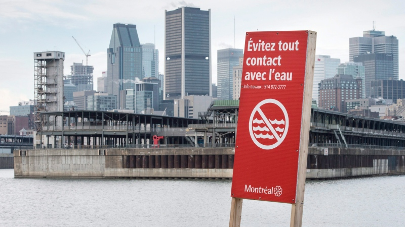 A signs warns to avoid contact with the water along the shores of the St. Lawrence River, Wednesday, November 11, 2015 in Montreal. (THE CANADIAN PRESS/Paul Chiasson)