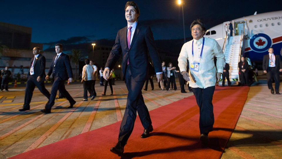 Prime Minister Justin Trudeau arrives in Manila, Philippines on Tuesday, Nov. 17, 2015. (Sean Kilpatrick / THE CANADIAN PRESS)
