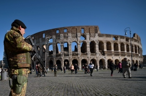 A soldier patrols near the Colosseum on November 25, 2015 in Rome. (©AFP PHOTO / FILIPPO MONTEFORTE)