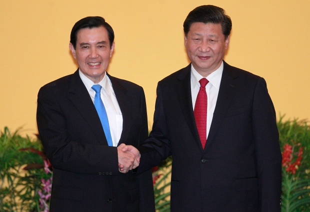 Taiwanese and Chinese presidents shake hands