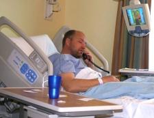 Pilot Troels Hansen recovers in hospital in Iqaluit, Nunavut, Tuesday, Dec. 9, 2008. (Sara Minogue / THE CANADIAN PRESS)
