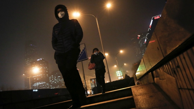 Beijing residents deal with smog alert