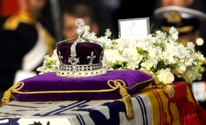 """The Koh-i-noor, or """"mountain of light,"""" diamond, set in the Maltese Cross at the front of the crown made for Britain's late Queen Mother Elizabeth, is seen on her coffin in this 2002 file photo. (AP / Alastair Grant, File)"""