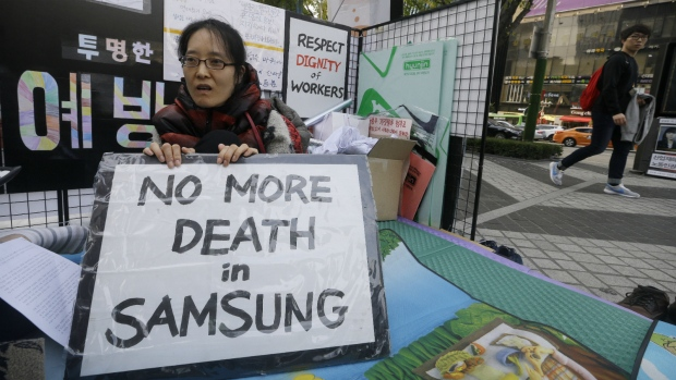 Former workers protest Samsung negotiations