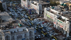 Cars and autorickshaws move through the central Connaught Place area in New Delhi, India, Dec. 24, 2015. (Tsering Topgyal / AP)