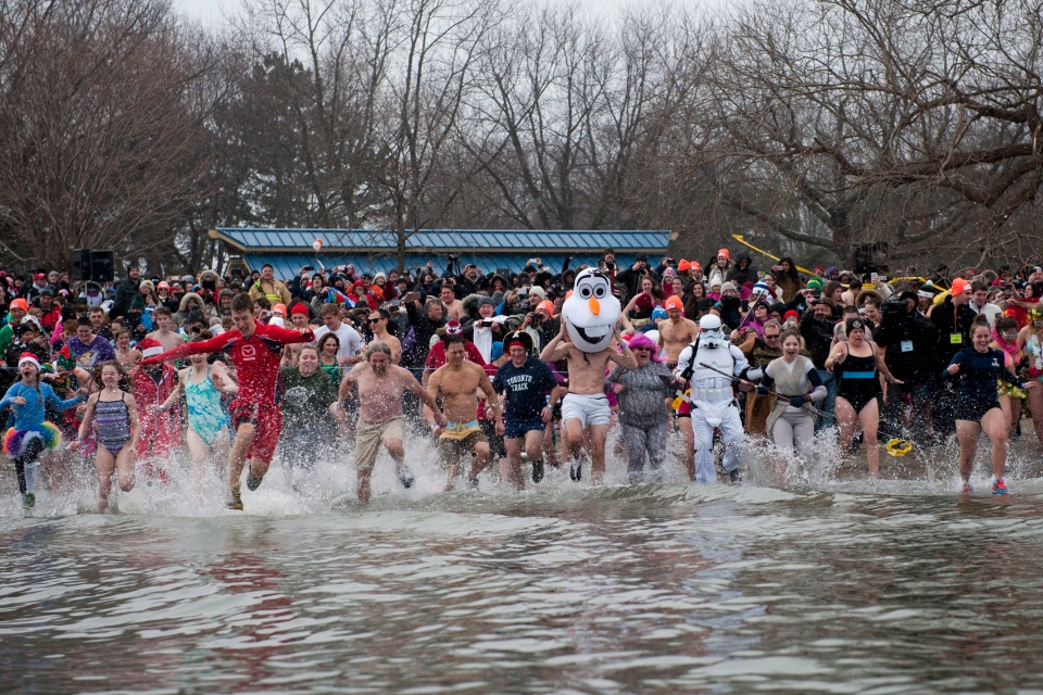 Participants run into Lake Ontario during the 31st annual Courage Polar Bear Dip in Oakville, Ont., Friday, Jan 1, 2016. (Marta Iwanek / THE CANADIAN PRESS)
