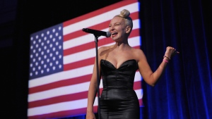 Australian singer and songwriter Sia is pictured. (AFP PHOTO/Mandel NGAN)
