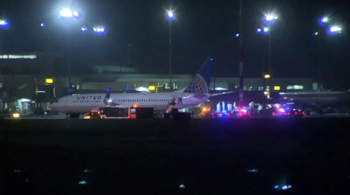 Emergency crews surround the United Airlines plane (CTV).