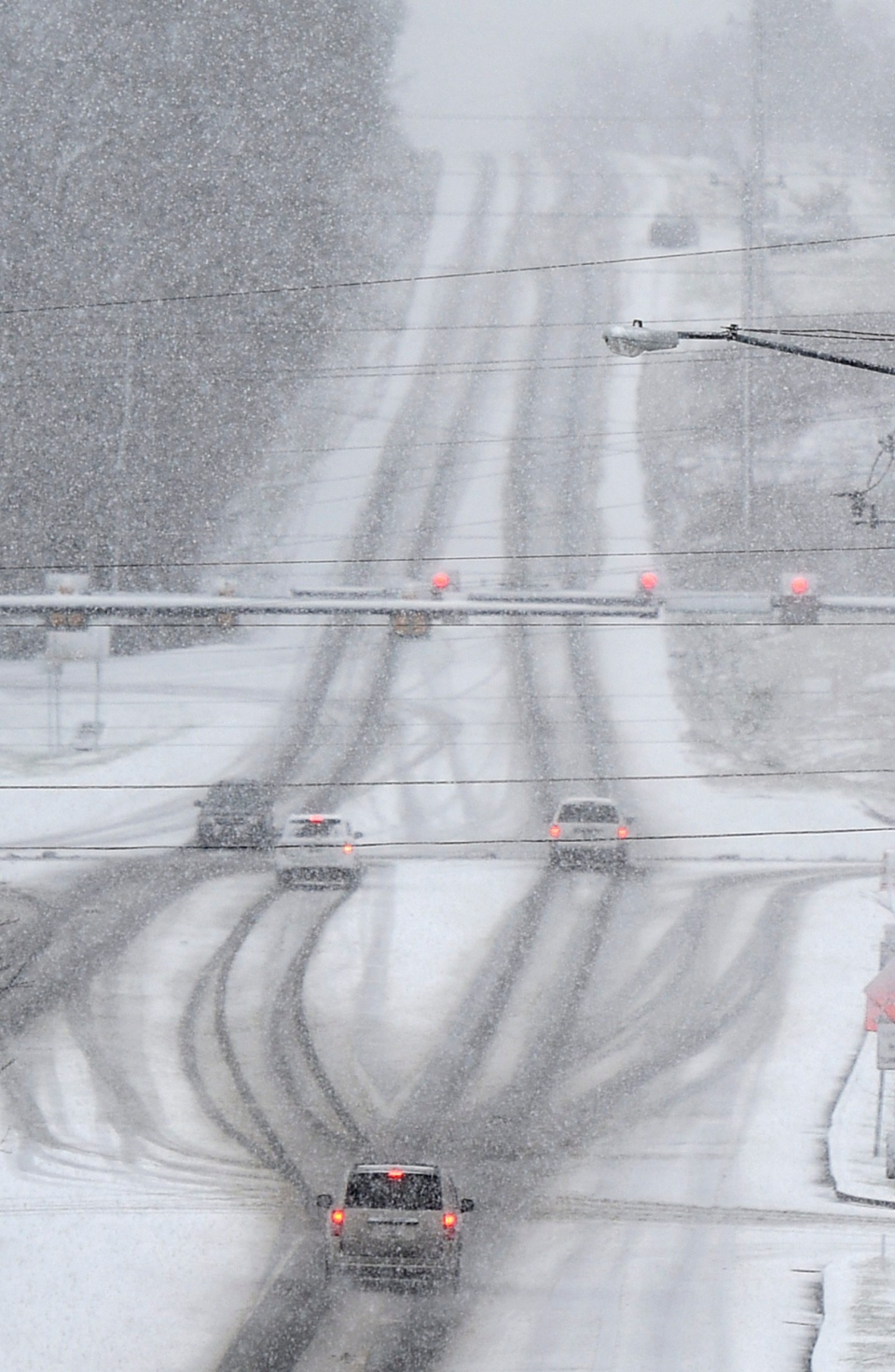 Drivers make their way through falling snow, Friday, Jan. 22, 2016, in Franklin, Tenn. (Shelley Mays / The Tennessean)