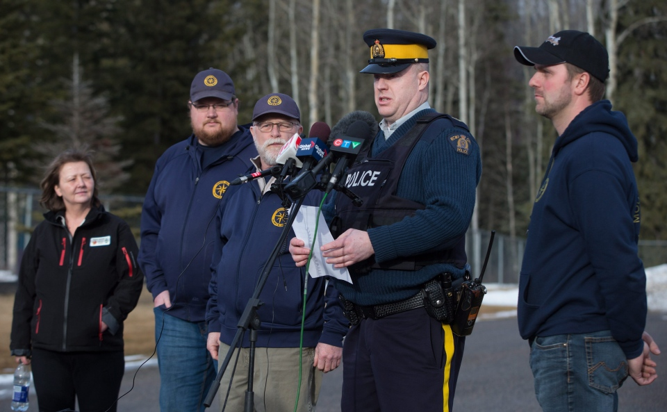 RCMP Cpl. Jay Grierson, second right, reads a statement as McBride Mayor Loranne Martin, from left, and Robson Valley Search and Rescue managers Chris Gibbs, Dale Mason and Rod Whelpton, far right, listen during a news conference in McBride, B.C., on Saturday January 30, 2016. Five snowmobilers died Friday in a major avalanche in the Renshaw area east of McBride. (Darryl Dyck / THE CANADIAN PRESS)