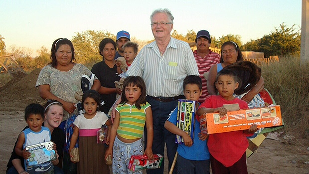 Glen Fraser delivers gifts in Mexico