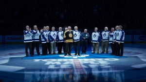Former Toronto Maple Leafs player Darryl Sittler, centre right, stands with former Boston Bruins goaltender Dave Reece and former teammates before a game between the Leafs and the New Jersey Devils, in Toronto, on Thursday, February 4, 2016. (THE CANADIAN PRESS/Chris Young)