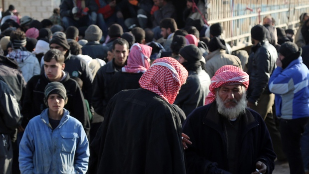 Syrians mass on Turkish border