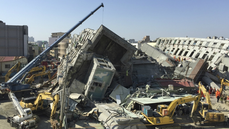 Emergency rescue workers continue to search the rubble of a collapsed building complex in Tainan, Taiwan on Monday, Feb. 8, 2016. (AP / Annie Ho)