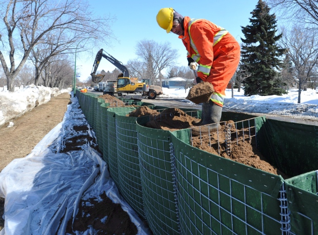 Temporary dikes for flood protection in Regina