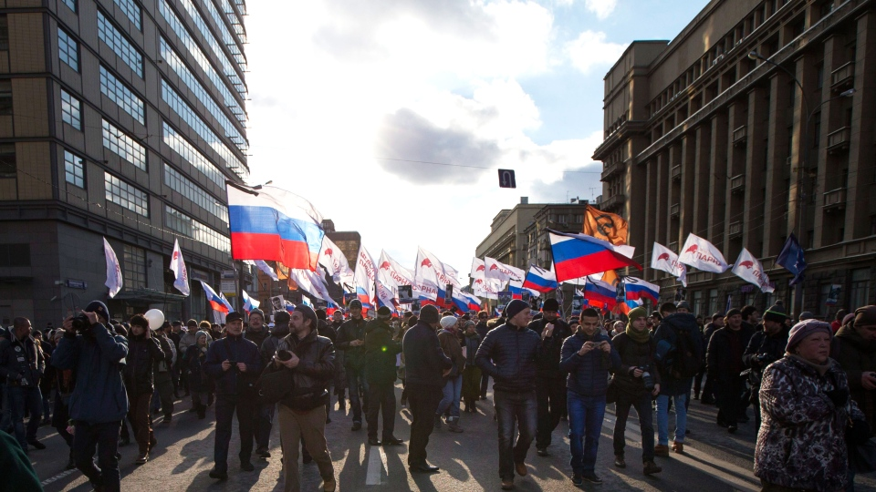 Demonstrators carrying Russian flags and opposition movement flags, march marking the one-year anniversary of opposition leader Boris Nemtsov's murder, in Moscow, Russia, Saturday, Feb. 27, 2016 (AP / Ivan Sekretarev).