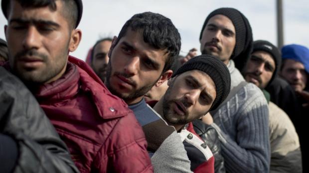 Migrants wait at Greek-Macedonian border