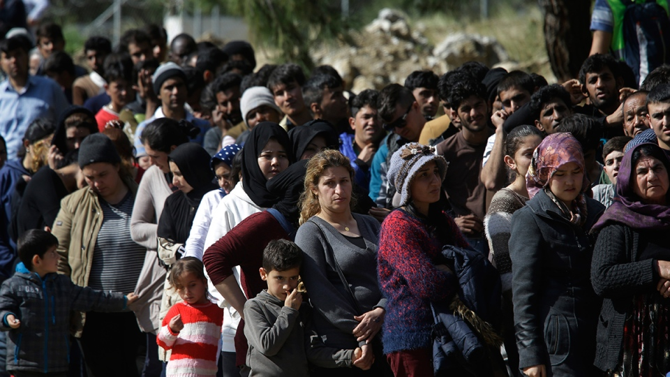 Migrants queue for food outside the registration and hospitality centre, known as hotspot, of the eastern Greek Island of Samos, on the Aegean Sea, Thursday, March 3, 2016. (AP / Lefteris Pitarakis)