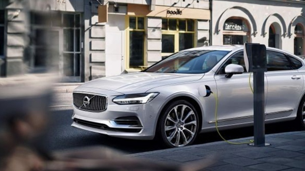 Charging a Volvo S90 plug-in hybrid