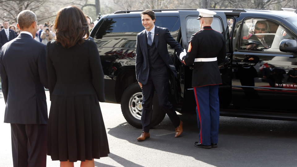 Prime Minister Justin Trudeau and Sophie Gregoire Trudeau, arrive at the White House and are greeted by U.S. President Barack Obama and first lady Michelle Obama, in Washington, Thursday, March 10, 2016. (AP / Pablo Martinez Monsivais)