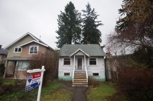 A house for sale is seen in the Point Grey neighbourhood of Vancouver, B.C., on Friday January 29, 2016. (Darryl Dyck/THE CANADIAN PRESS)